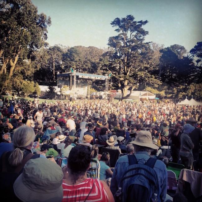 The crowd awaits Bonnie Raitt